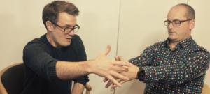 Hypnotisør behandler klient med hypnoterapi